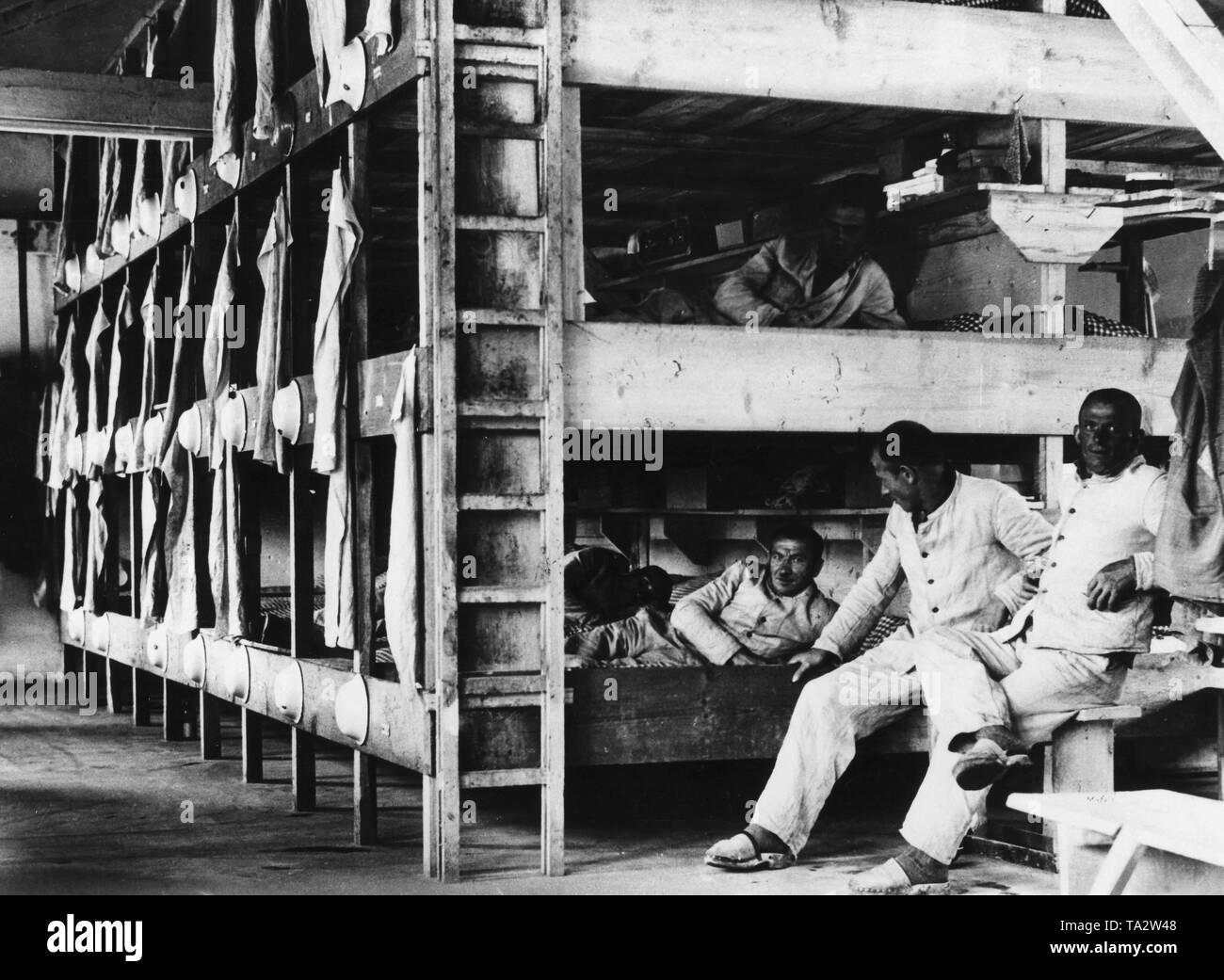 El campamento de los internados en el campo de concentración de Dachau, Baviera, 1933 (foto b/w). KZ Dachau en Baviera estableció el 12 de abril de 1933 como primer KZ del Nationalsocialists principalmente para la detención de opositores políticos, Imagen De Stock