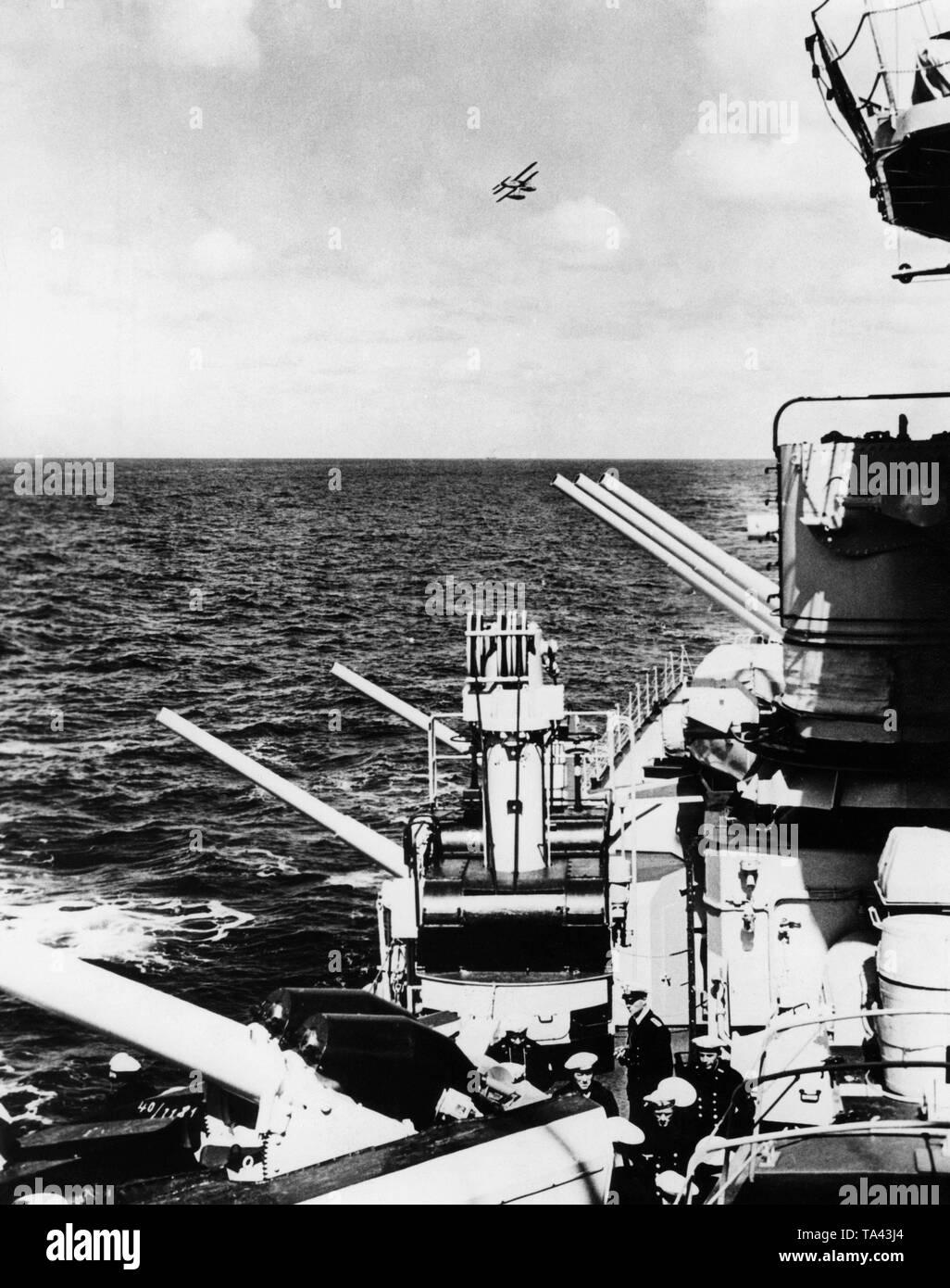 La imagen muestra un gran crucero alemán de la 'clase' Koenigsberg durante una maniobra de la flota con una tripulación marítima en el Mar del Norte. El buque es, por lo tanto, el 'Koenigsberg', 'Karlsruhe' o 'Koeln'. Foto de stock
