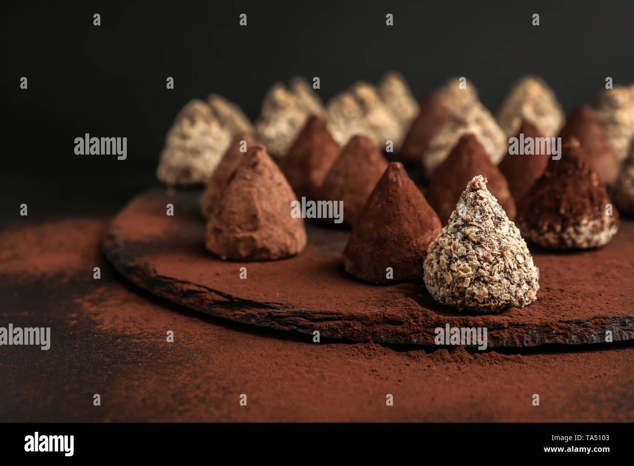 Sabroso dulce trufas en placa de pizarra Foto de stock