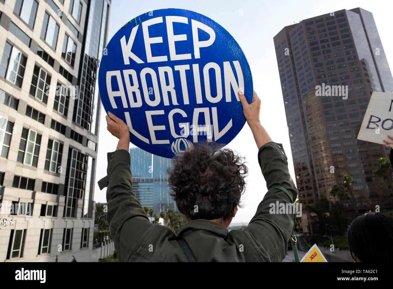 Un activista visto sosteniendo un cartel que dice que mantener el aborto legal durante la protesta. Activistas de los derechos de las mujeres protestaron contra las restricciones sobre los abortos después de Alabama promulgó la prohibición más restrictivas sobre el aborto en los Estados Unidos. Prohibiciones similares de detener el Día de Acción por el derecho al aborto se celebraron mítines en toda la nación. Foto de stock
