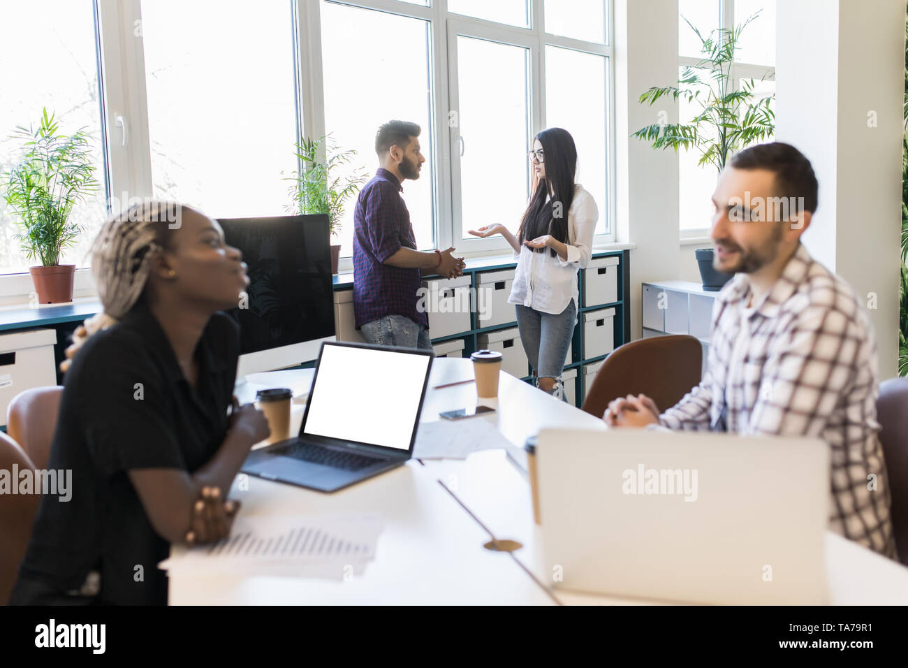 Diversos colegas sentados en círculo, hablando sobre la formación empresarial con autobús, empleados del equipo multirracial discutir la estrategia de negocio, ideas, implican Foto de stock