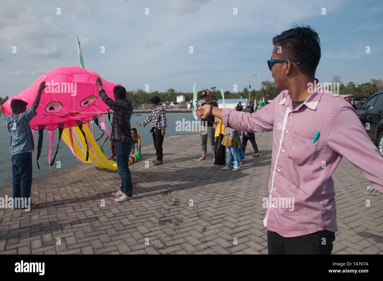 Bulukumba, Indonesia - Septiembre 13, 2018: Los hombres intentan volar una cometa durante el Festival Internacional de Bulukumba Pinisi, al sur de Sulawesi, Indonesia. Foto de stock