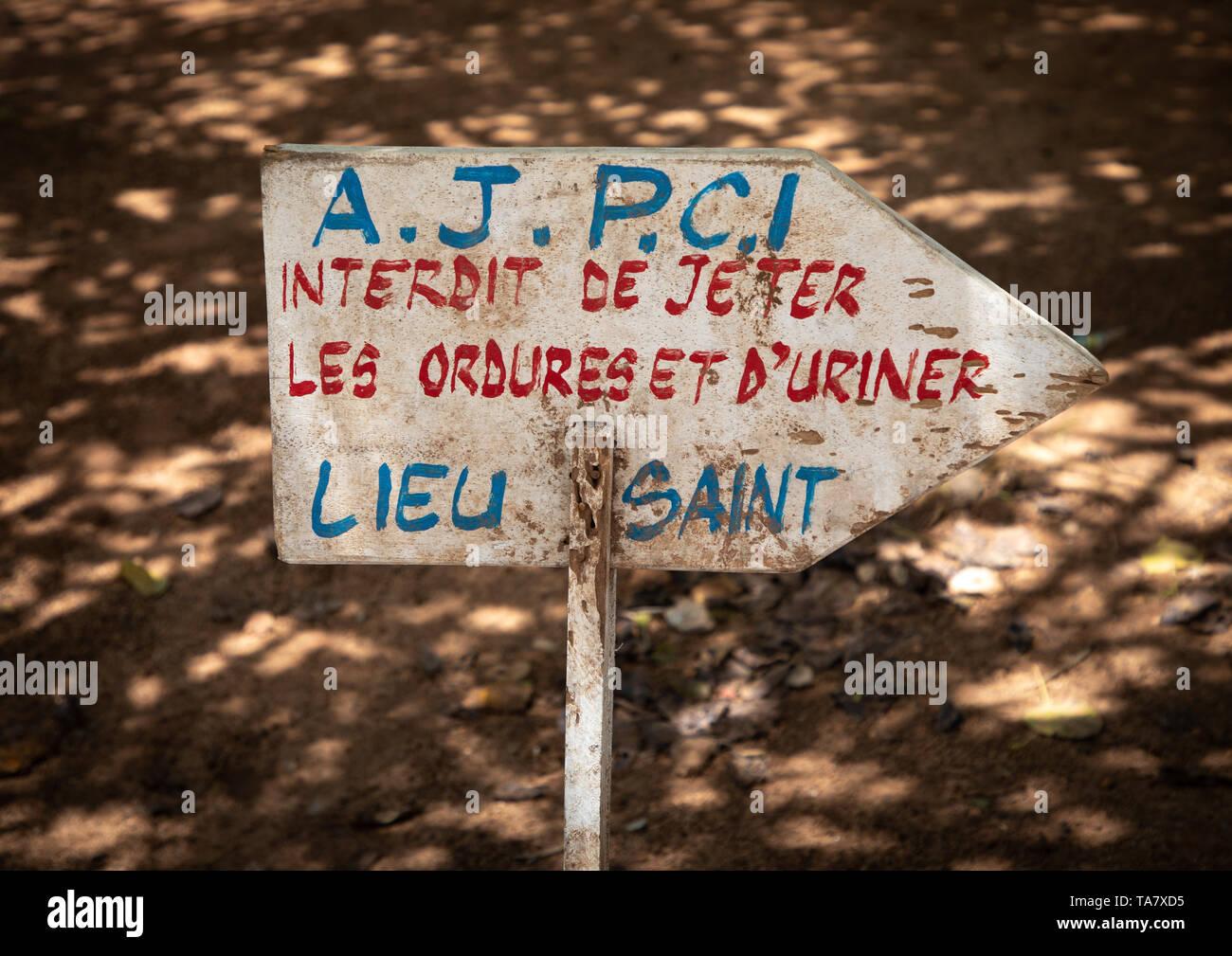 No pissing y botar aquí firmar, région des Lacs, Yamoussoukro, Costa de Marfil Foto de stock