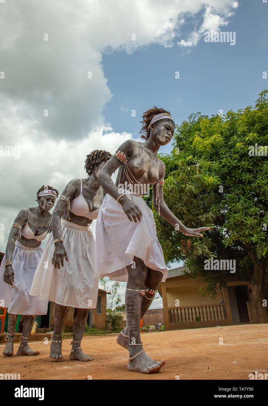 Mujeres bailando durante una ceremonia en el centro de iniciación Komians Messouma Adjoua, Moyen-Comoé, Aniassue, Costa de Marfil Foto de stock