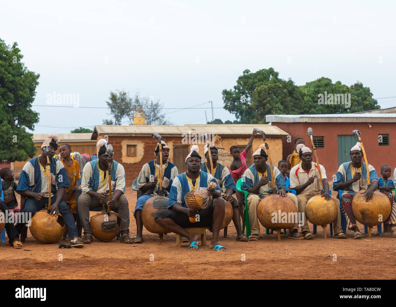 Músicos africanos jugando Boloye koras durante la danza de la pantera hombre, distrito, Waraniene Savanes, Costa de Marfil Foto de stock