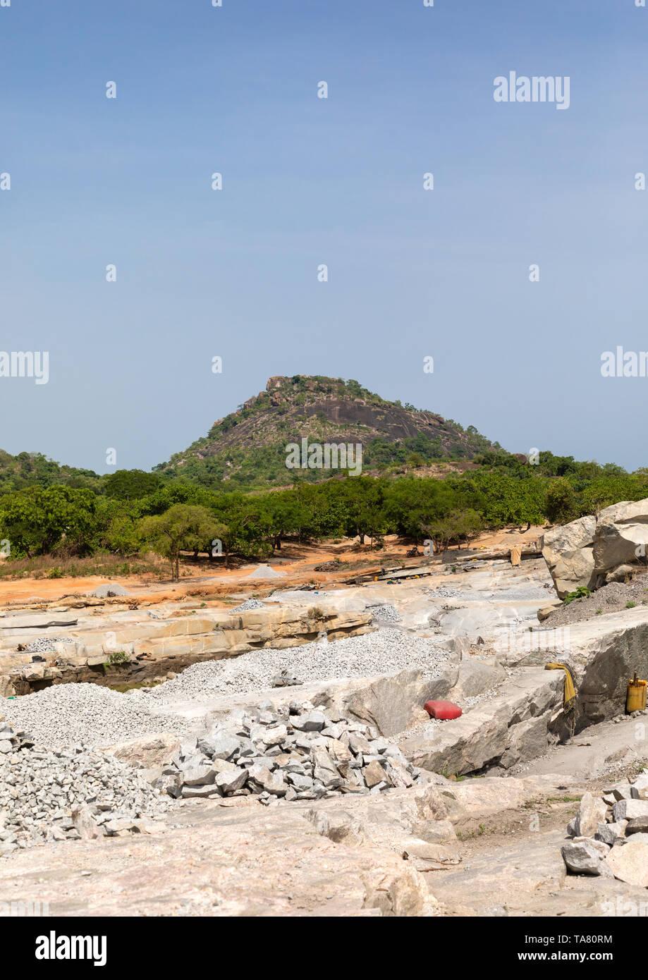 El pueblo africano trabajando en una cantera de granito, distrito, Shienlow Savanes, Costa de Marfil Foto de stock