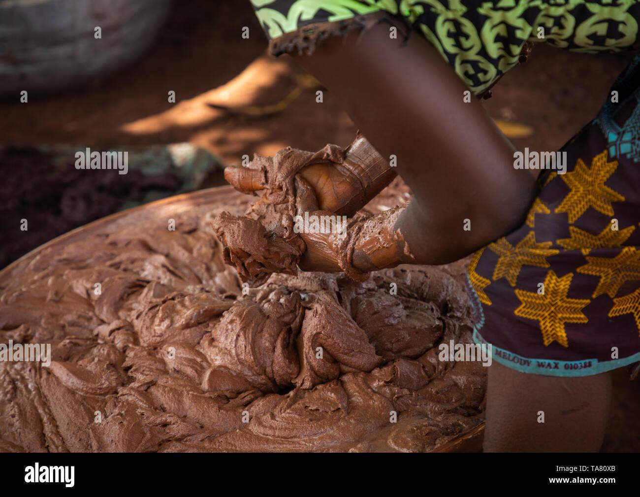 Senufo mujer prepairing manteca de karité La manteca de karité tradicional en una fábrica, distrito, Tcheregnimin Savanes, Costa de Marfil Foto de stock