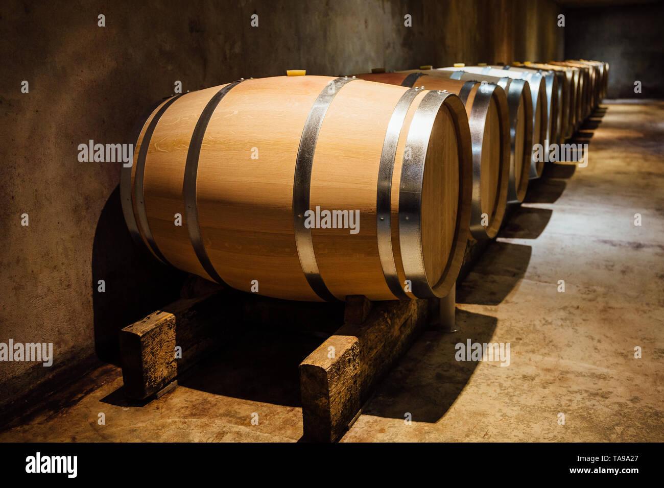 Maduración en barriles de roble de vino en una bodega. Foto de stock