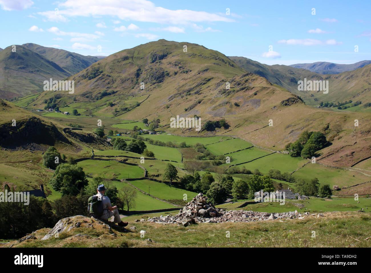 Vista al sur desde la vertiente sur de Hallin cayó en Lake District, Cumbria con machos walker mirando vistas Martindale a la NAB y Beda cayó. Foto de stock