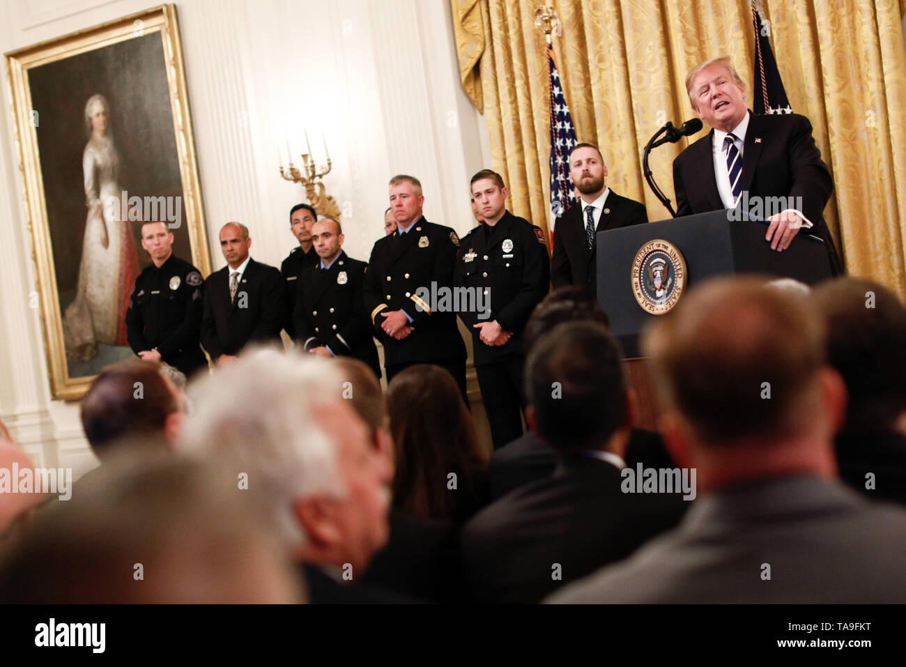 Washington, Estados Unidos. 22 de mayo de 2019. El Presidente de Estados Unidos, Donald Trump (1R, atrás), habla durante la Medalla Oficial de Seguridad Pública del valor presentando ceremonia en la Casa Blanca en Washington, DC, Estados Unidos, el 22 de mayo de 2019. Crédito: Shen Ting/Xinhua/Alamy Live News Foto de stock