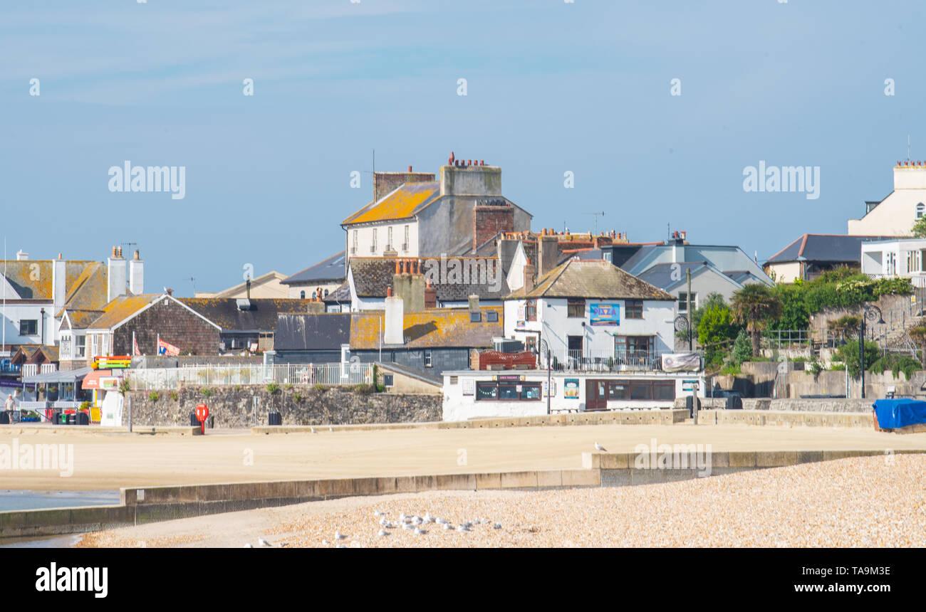 Lyme Regis, Dorset, Reino Unido. 23 de mayo de 2019. El clima del Reino Unido: una gloriosa mañana en la pintoresca playa en la ciudad costera de Lyme Regis. El popular complejo es tranquila y pacífica de hoy por delante del próximo mayo festivo. Se espera que las multitudes acuden a la popular playa de la próxima semana para disfrutar del agradable clima que se ha proyectado en la costa sur de Inglaterra. Crédito: Celia McMahon/Alamy Live News. Foto de stock