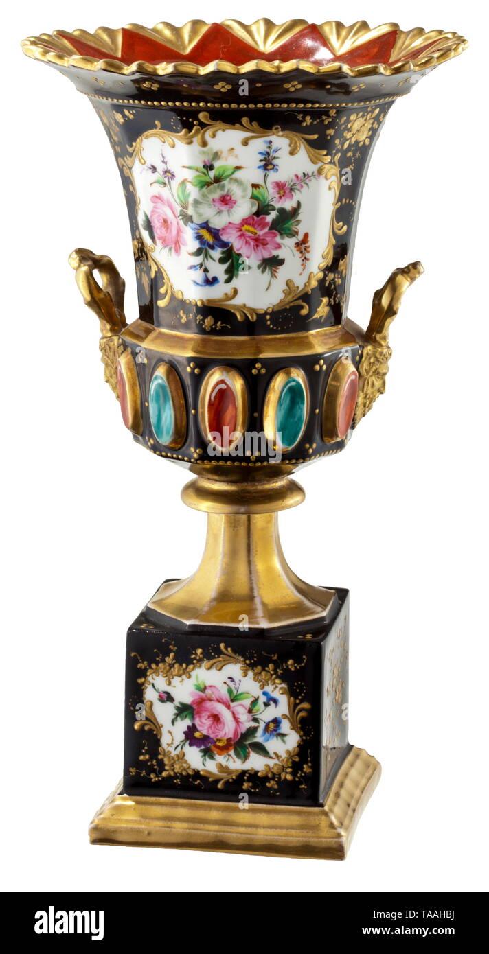 Un magnífico jarrón, presumiblemente manufactory privadas rusas, a mediados del siglo XIX, de porcelana esmaltada en blanco, negro y oro. Ricamente pintadas con fina decoración floral en color y oro. Altura 28,2 cm. Excelente íntegras la condición y calidad. Cf. jarrón de porcelana manufactory Popov casi idéntico en forma y tamaño, Christie's, 3 de junio de 2013, lote 296, el valor estimado de alrededor de 6.000 a 9.000 dólares de los EE.UU. histórico, histórico, del siglo xix, Additional-Rights-Clearance-Info-Not-Available Imagen De Stock