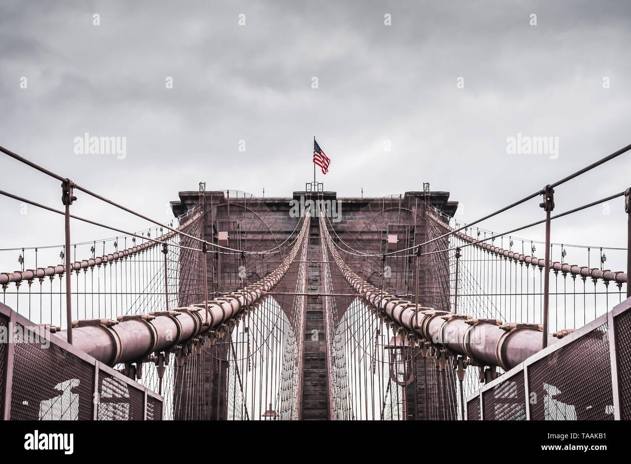 Gran paisaje dramático de la arquitectura del famoso Puente de Brooklyn en Nueva York bajo un cielo tormentoso contrastantes Foto de stock