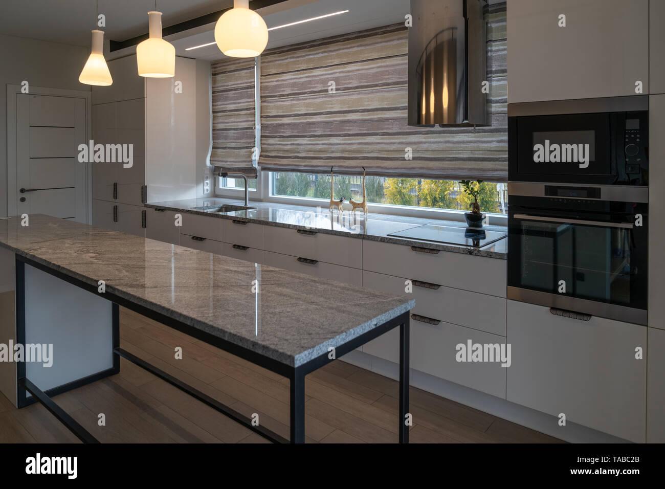 Muebles de cocina moderna con encimeras de mármol , cajones ...
