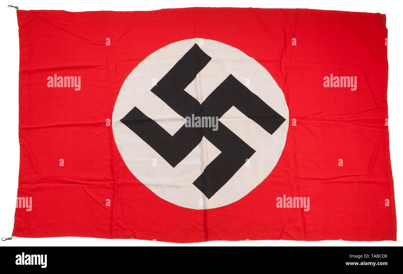 Una bandera del NSDAP, doble cara multi-pieza, construcción de algodón rojo. Aplicado por separado de la esvástica negra y blanca campo circular. Borde de la grúa con dos clips adjunta cordón. Aproximadamente 140 x 90 cm. Eeuu-lot, consulte la página 4. histórico, histórico, del siglo XX, la década de 1930, la organización del partido, la organización del partido, las organizaciones, las empresas, organización, organización, partido, partidos, partido político alemán, Alemania, NS, el nacional socialismo, el nazismo, el Tercer Reich, Reich Alemán, utensilio, pieza de equipo, utensilios, objetos, objetos, fotografías, sólo Editorial-Use Foto de stock