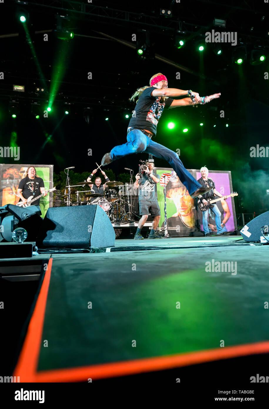 Indio, California, 26 de abril de 2019, Bret Michaels Band en un escenario actuando a una enérgica multitud en el día 1 de El Stagecoach Festival de Música Country. Foto de stock