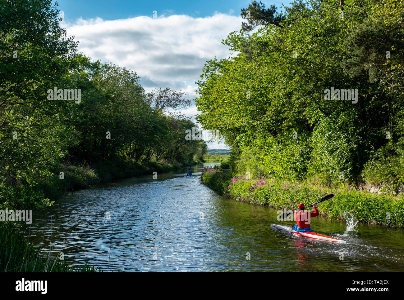Canotaje en el Union Canal cerca del molino de Lins, Newbridge, West Lothian. Imagen De Stock