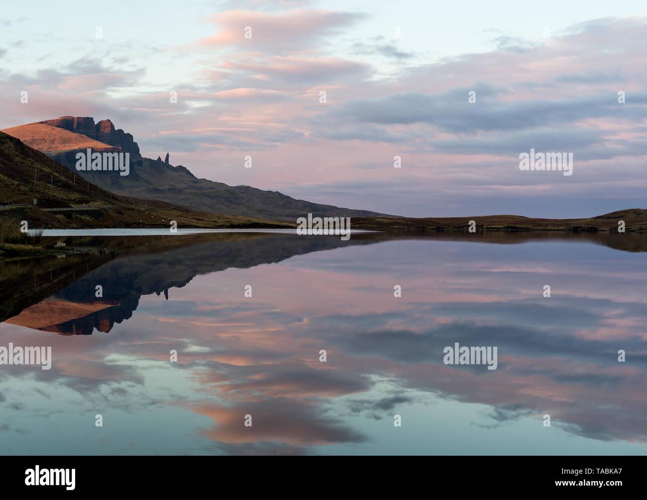 Pacífica y serena visión reflexiva de colinas pasando de un lago. Foto de stock