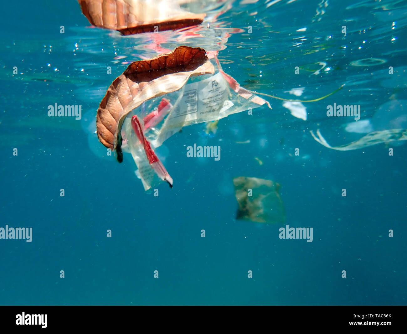 Los residuos plásticos flotando en el mar Foto de stock