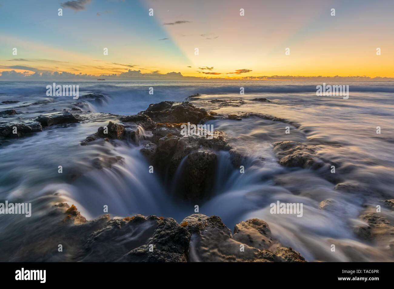 Ee.Uu., Hawai, Isla Grande, en Kona, Pele's bien, Blowhole en aunset Foto de stock