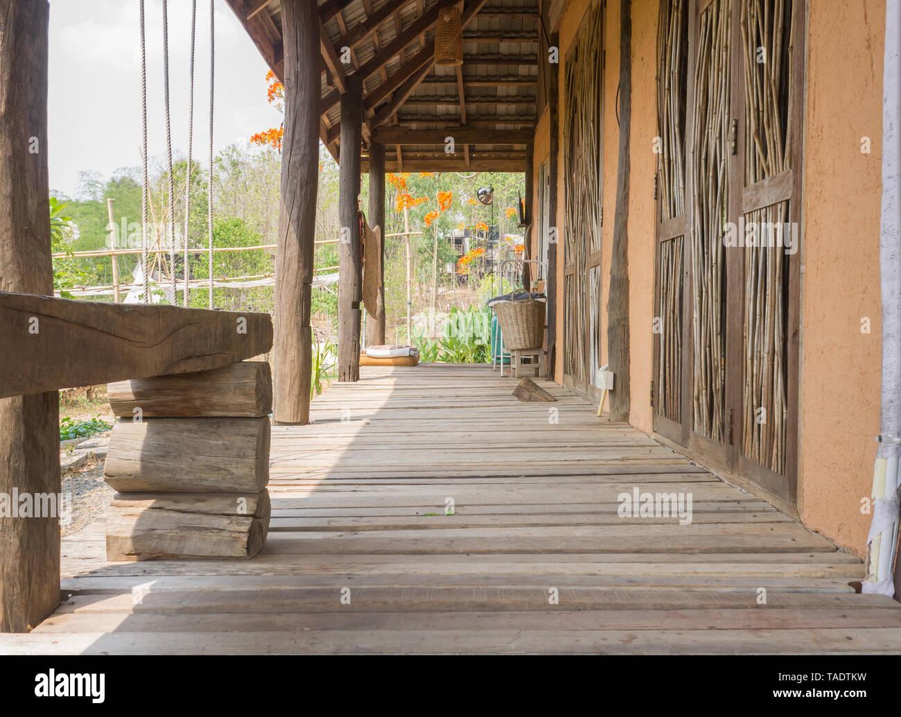 El camino por delante de la casa de diseño exterior. Diseño exterior casa con condiciones naturales. Loft de diseño exterior de la casa de país Imagen De Stock