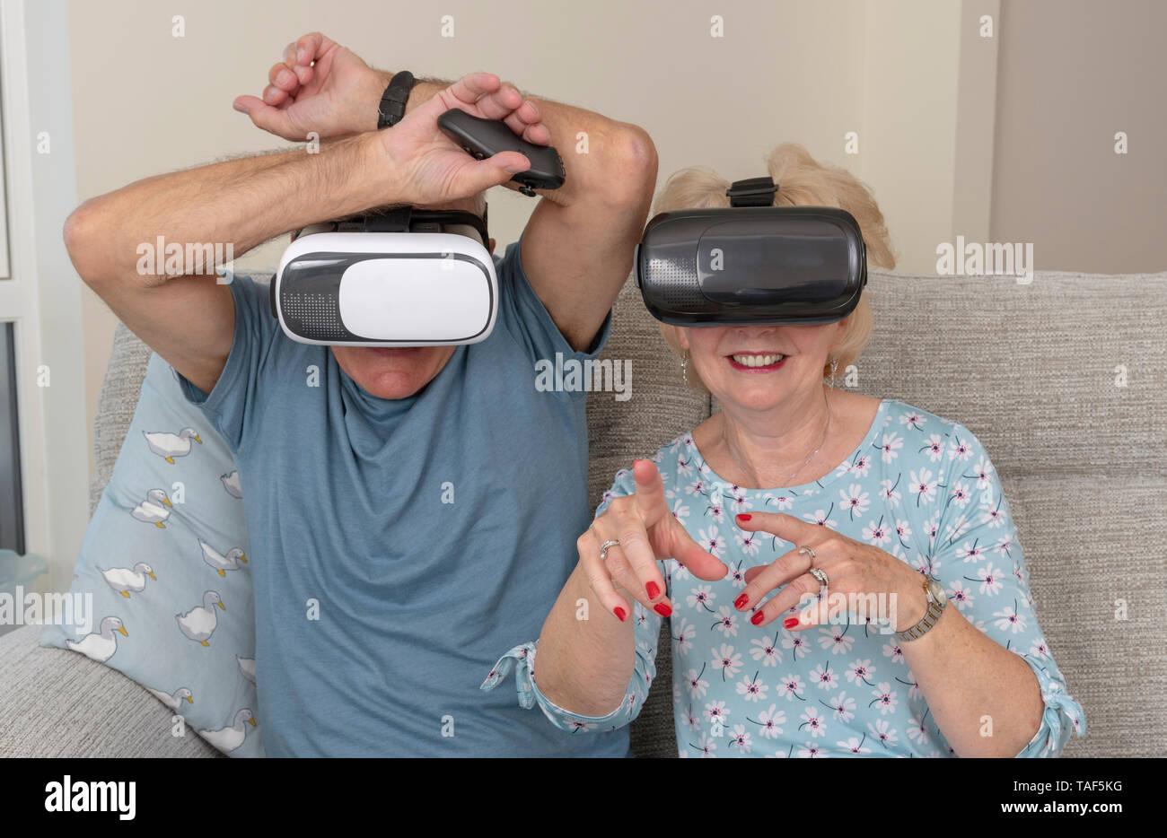 Portsmouth, Reino Unido, pareja de ancianos divirtiéndose llevaba gafas de realidad virtual Foto de stock