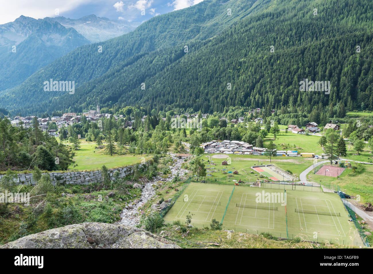 Macugnaga, Italia. Pueblo alpino con algunas instalaciones recreativas Imagen De Stock