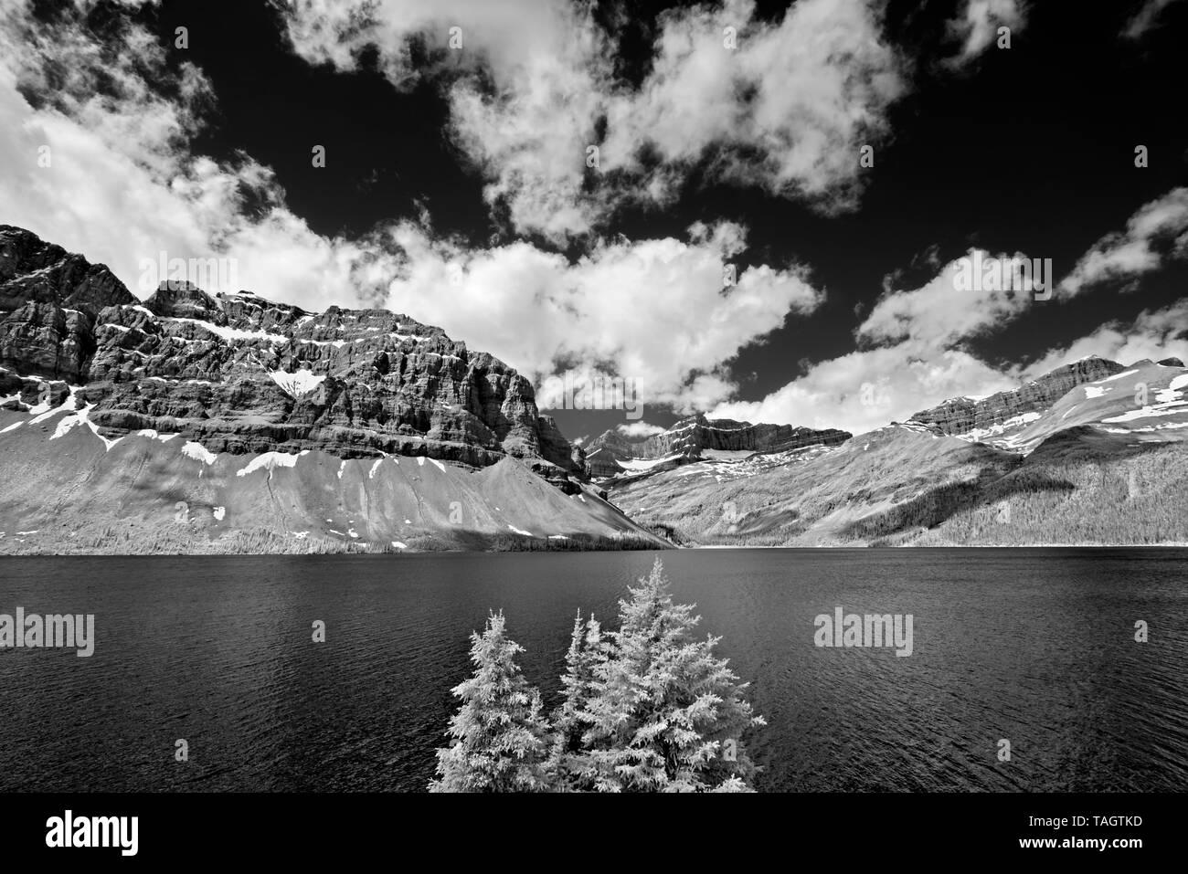 El Lago Bow y las Montañas Rocosas Canadienses Parque Nacional Banff Alberta Canada Foto de stock