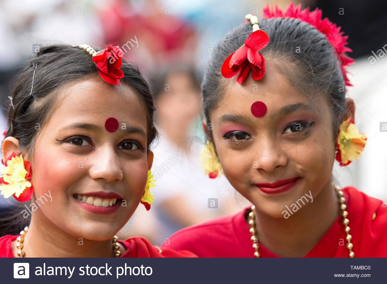 Dos chicas jóvenes, en la fiesta vestido rojo, Traje de Vesak evento celebrando el cumpleaños de Buda, Mississauga, Ontario, Canadá el 26 de mayo de 2019 Imagen De Stock