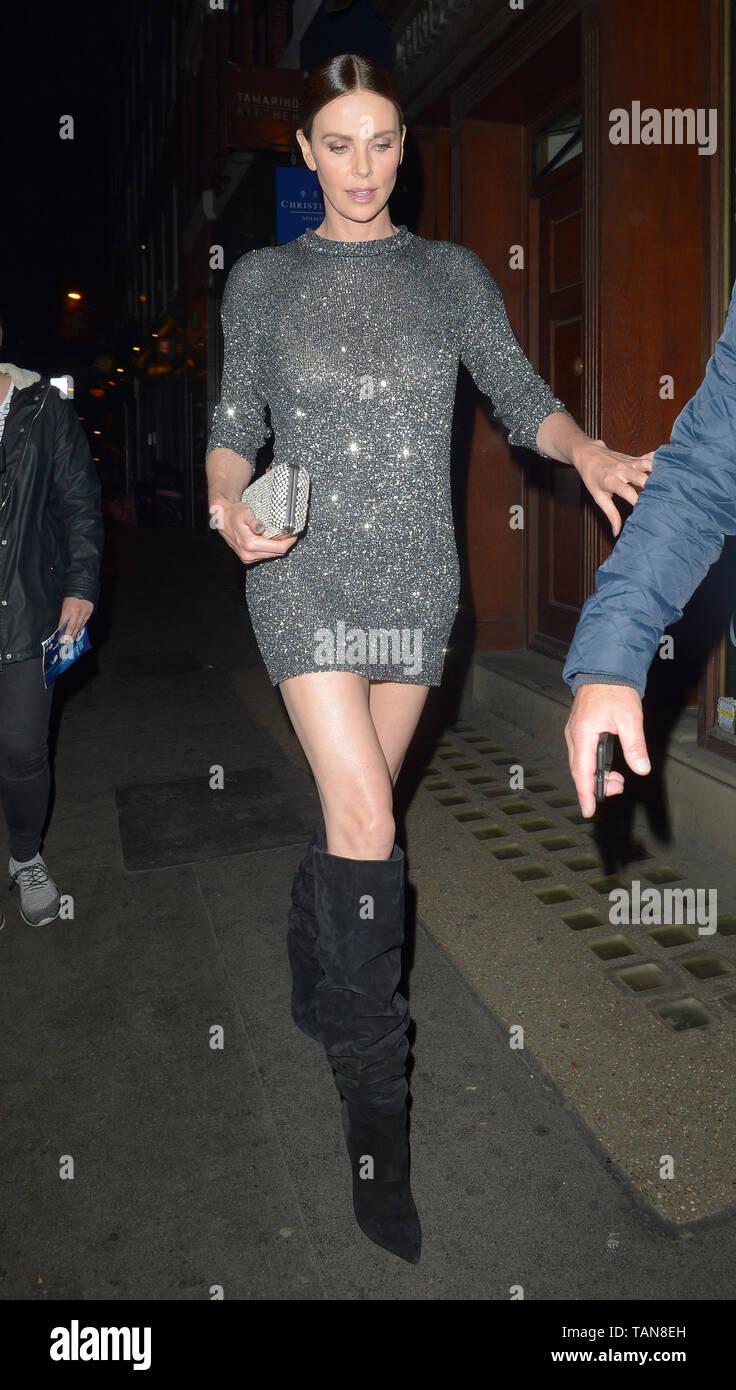 Charlize Theron Pasos En Un Vestido Metalico Y La Rodilla Botas