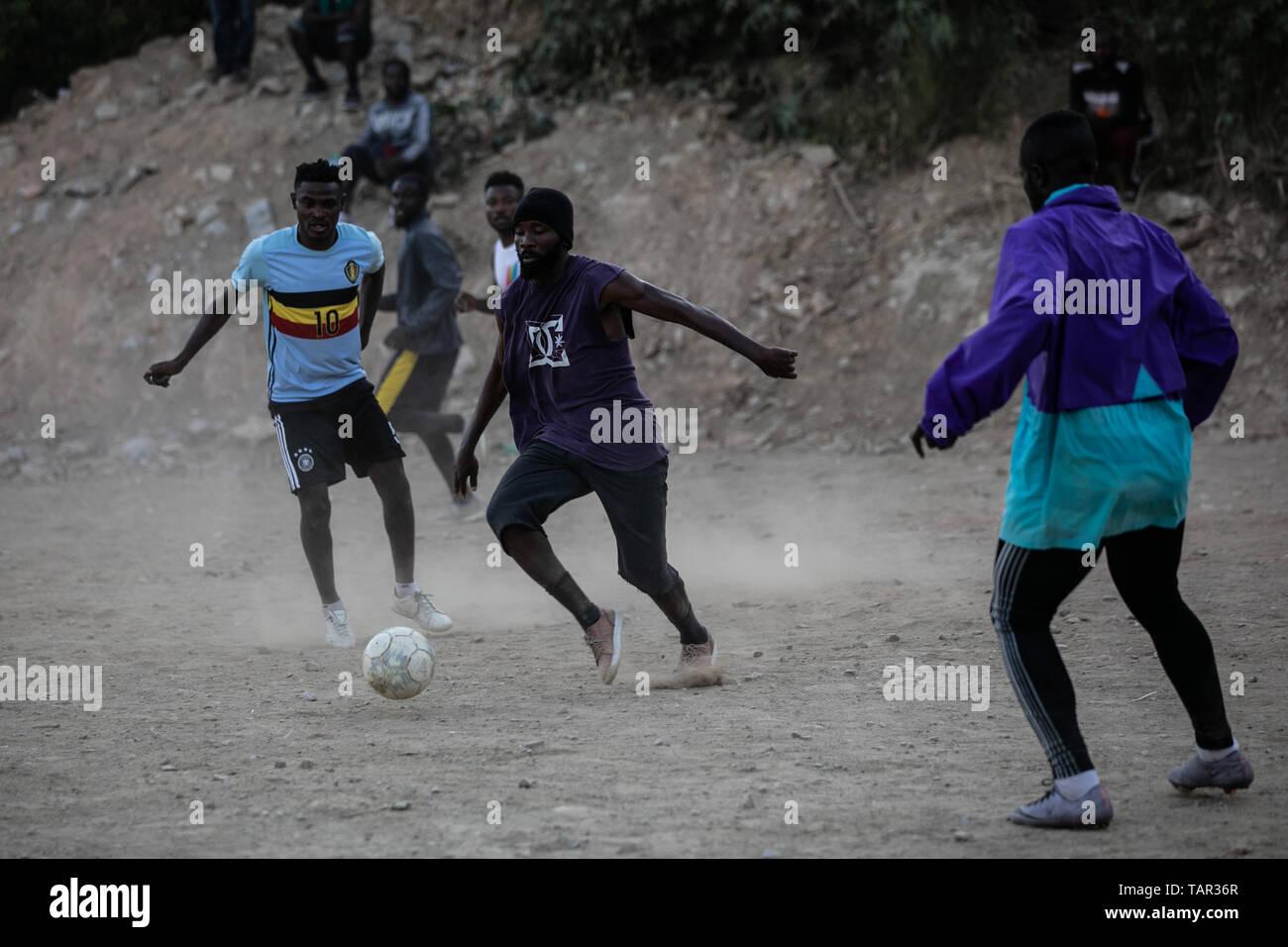 (190527) -- Samos (Grecia), 27 de mayo de 2019 (Xinhua) -- Un grupo de refugiados que juegan al fútbol en el campamento de refugiados en Samos, una isla en la parte oriental del Mar Egeo, en Grecia, el 24 de mayo de 2019. Cuatro años después del inicio de la crisis de los refugiados, miles de refugiados y migrantes están todavía atascados en Samos. Según los representantes de la Unión Europea la crisis migratoria que comenzó en 2015. Pero en Samos, el problema está lejos de haber terminado, los funcionarios locales dijeron a Xinhua. En Vathy Centro de Recepción e identificación, mejor conocido como el campamento de refugiados de Samos, 3.069 refugiados, viven todavía hoy en muy hars Imagen De Stock