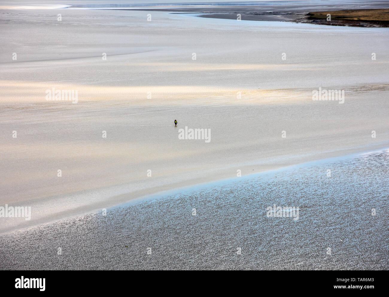 La marea baja en la bahía del Mont Saint Michel, en Normandía, Francia. Foto de stock