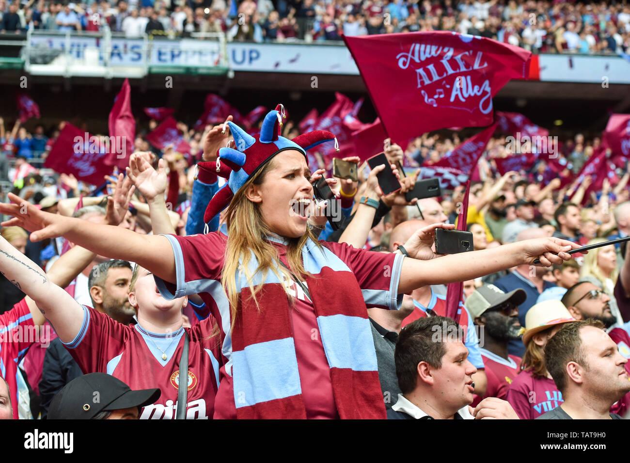 El Aston Villa fans celebran ganar la apuesta del cielo EFL Play-Off  partido final del campeonato entre el Aston Villa y el condado de Derby en  el estadio de Wembley , Londres ,
