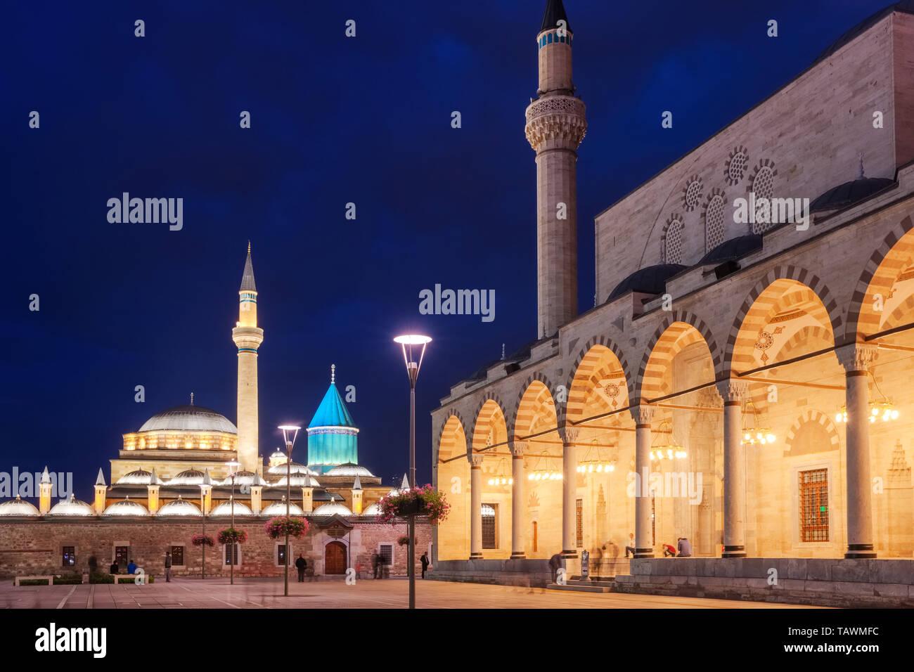 La plaza central del casco antiguo de la ciudad de Konya, en la noche, Turquía Foto de stock