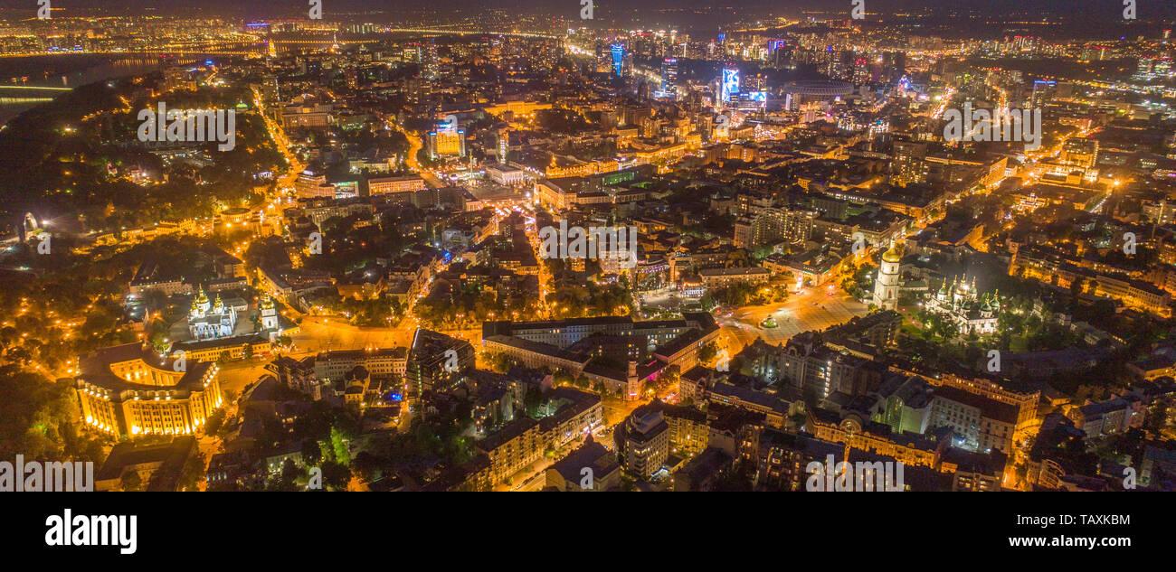 La noche de la ciudad de Kiev, Ucrania. Vista aérea panorámica Foto de stock