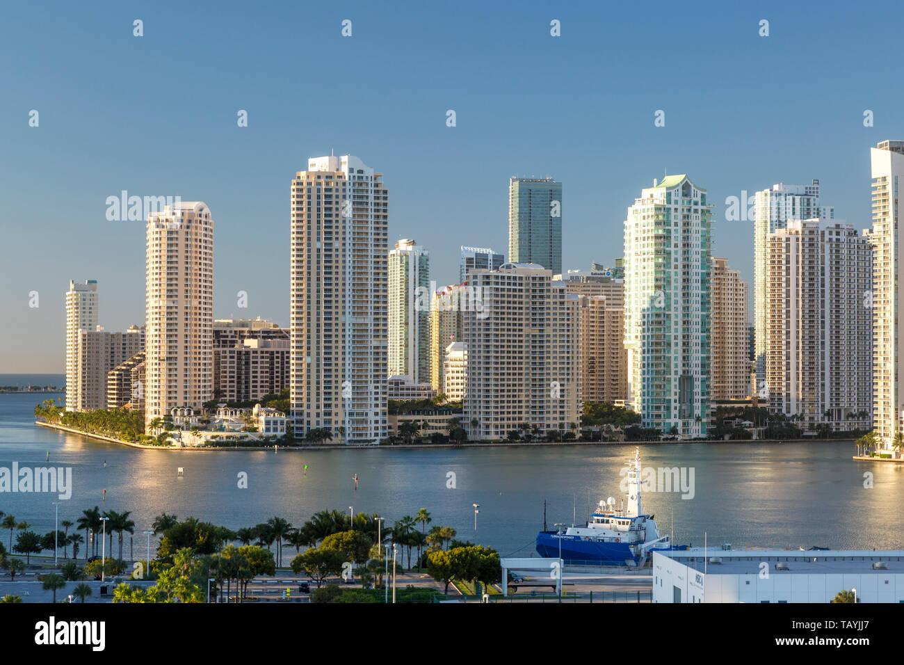 Brickell Key o Claughton Island Condominio Torres en una isla artificial fuera del continente, Miami, Florida, USA. Foto de stock