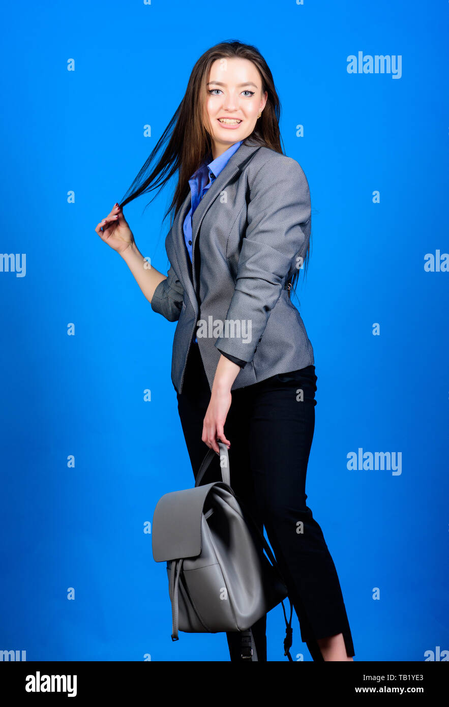 41f2966cd1eb85 Mochila para diario de la vida urbana moderna. Mujer con mochila de cuero.  Chica