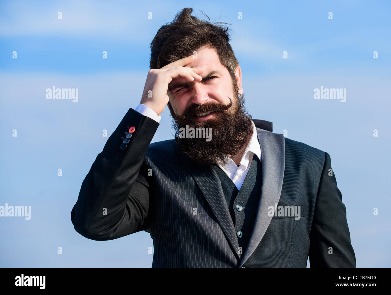 El hombre barbado rostro doloroso estresantes de fondo del cielo. Guy sufren cefalea día estresante. Estresante negocio. El dolor y la jaqueca. La frustración y la decepción. Error imperdonable. El fracaso de la empresa. Imagen De Stock