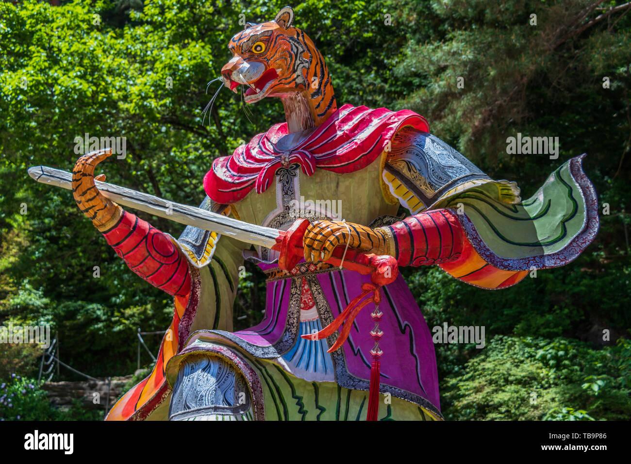 Signo del Zodíaco: Estatua de Tigre. Linterna de papel del signo astrológico en un templo budista en Corea del Sur. Danyang Guinsa, Región, Corea del Sur de Asia. Imagen De Stock
