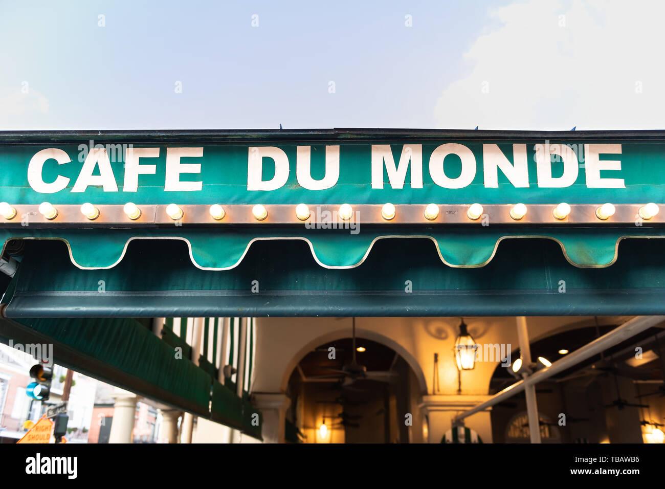 Nueva Orleans, EE.UU. - 23 de abril de 2018: el Café Du Monde firmar closeup para el famoso restaurante sirve buñuelos beignet Foto de stock