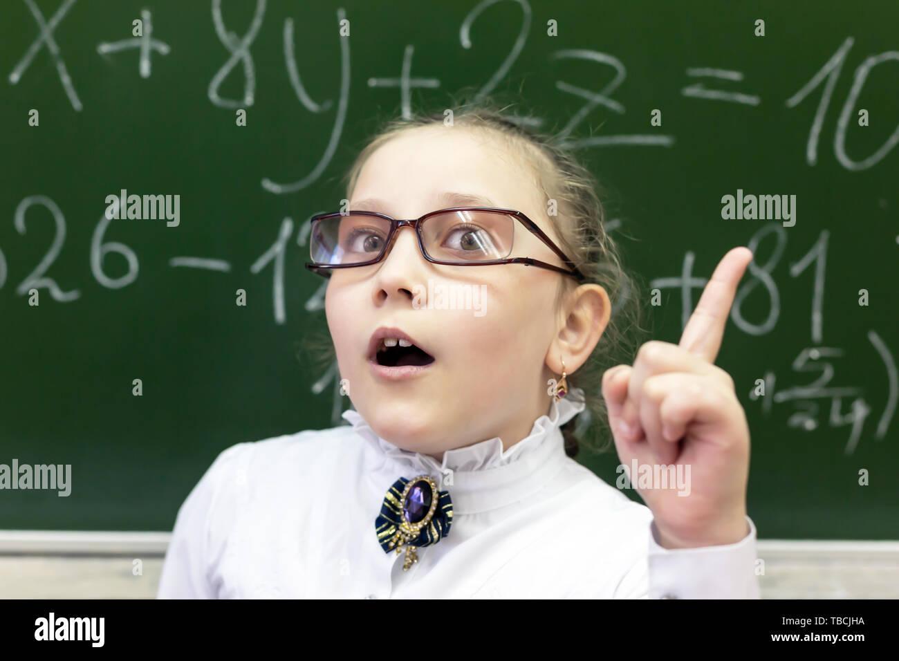 d1732843d5 Estudiante adolescente en grandes gafas de visión deficiente levantado el  dedo índice. Tengo una idea