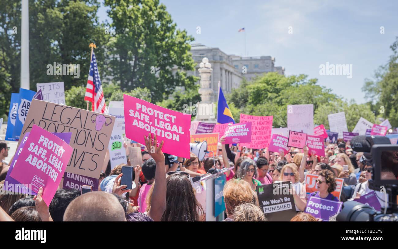 Las mujeres activistas de derechos humanos manifestación en apoyo de pro-elección y manteniendo el aborto legal fuera de la Corte Suprema de Justicia el 21 de mayo de 2019 en Washington, DC. La protesta fue parte de la llamada a la acción nacional tras la nueva ley del estado que prohíba el aborto legal en estados republicanos. Foto de stock