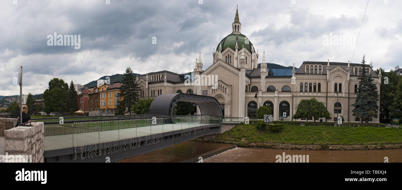 Sarajevo: el Festina lente puente con su repetición en el oriente, a lo largo del río Miljacka, y el palacio de la Academia de Bellas Artes, Universidad pública Imagen De Stock