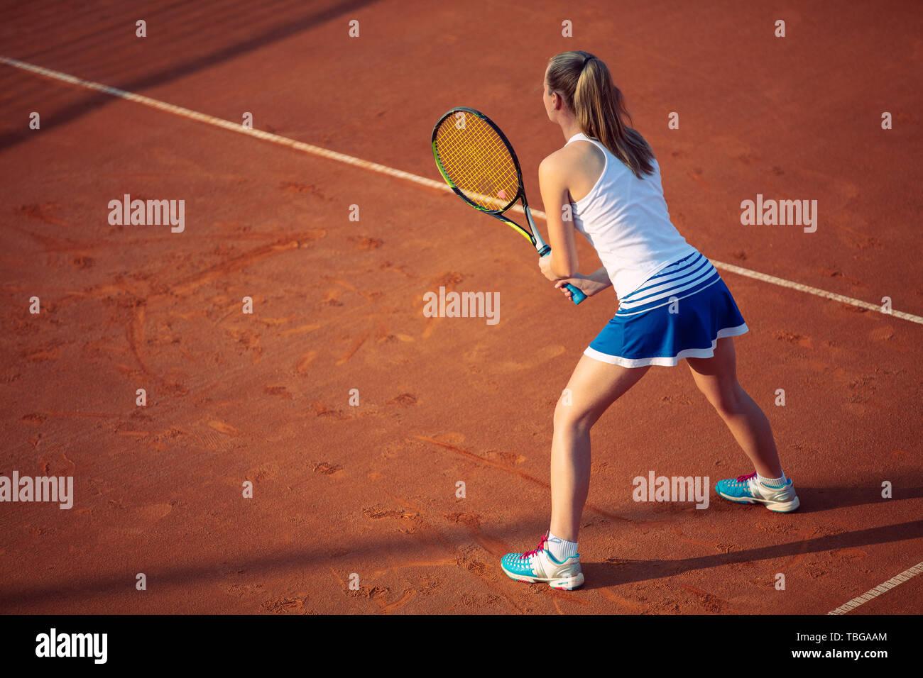 Toma aérea de un jugador de tenis femenino en un tribunal durante el partido. Chica jugando tenis.Un alto ángulo de visualización. Foto de stock
