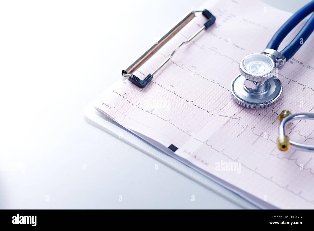 Médica, la medicina, los latidos del corazón, el electrocardiograma, la higiene, la salud, el estetoscopio, terapia, tratamiento, corazón, hipertensión, atención médica, medicina, cardiología, cardiología, clínica, hospital, ambulatorio, tablet, enfermedad cardíaca, hipertensión, enfermedad coronaria, la aterosclerosis coronaria Foto de stock