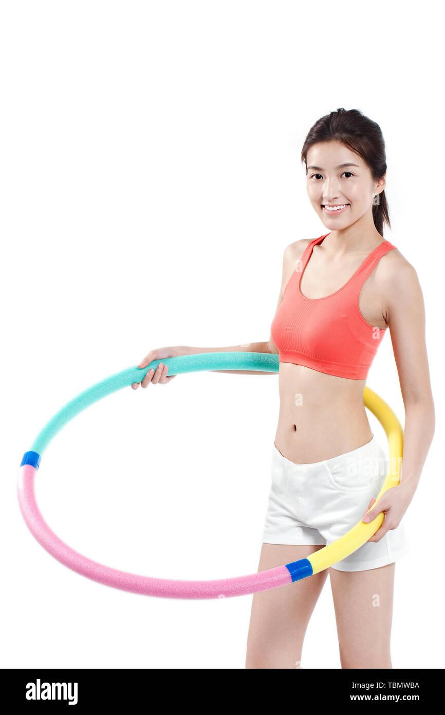 Una mujer hace todo tipo de ejercicios de adelgazamiento Foto de stock