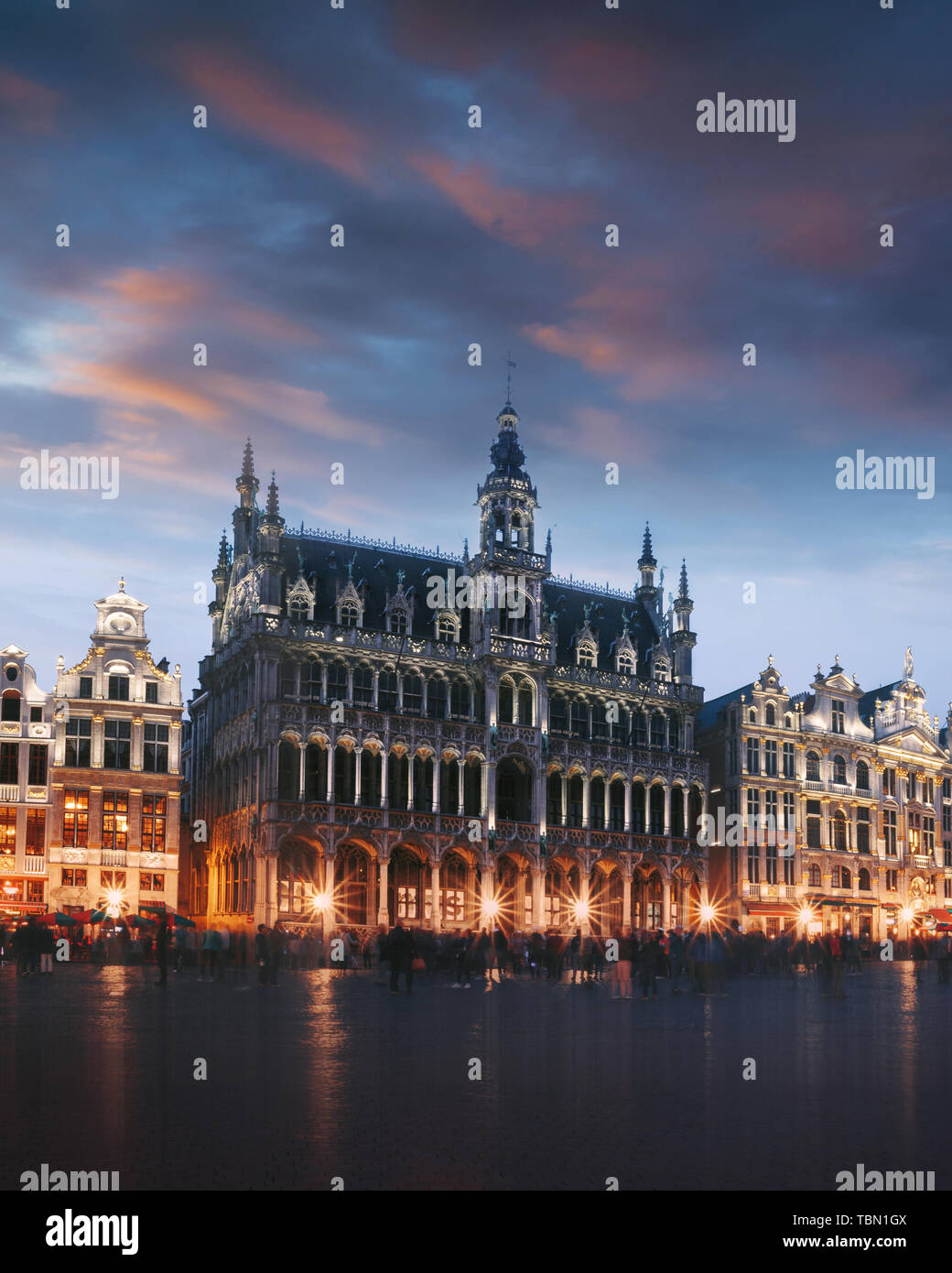 Grand Place de Bruselas, Bélgica en la noche Foto de stock