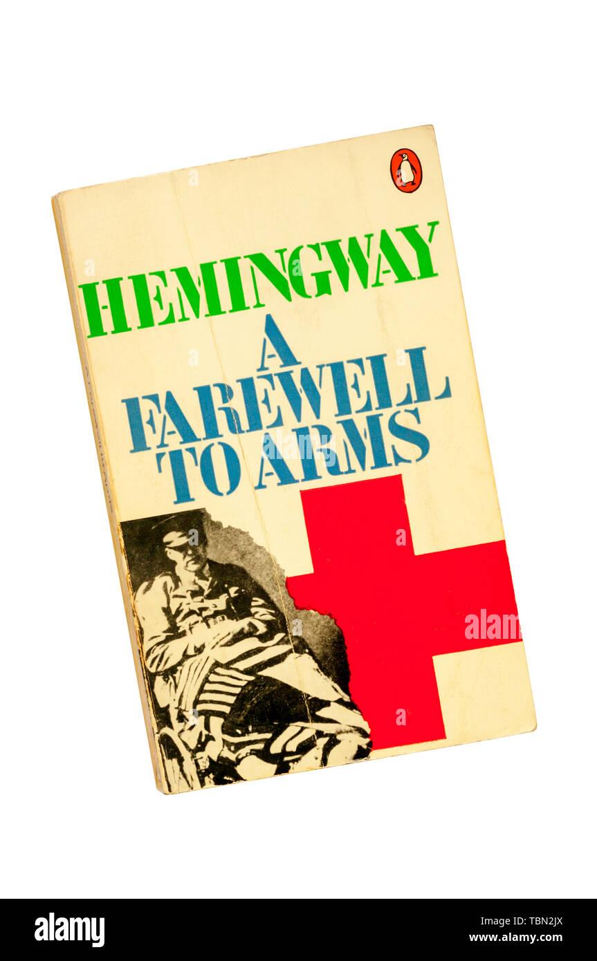 Una copia de un libro en rústica maltratadas adiós a las armas de Ernest Hemingway. Publicado por primera vez en 1929. Imagen De Stock