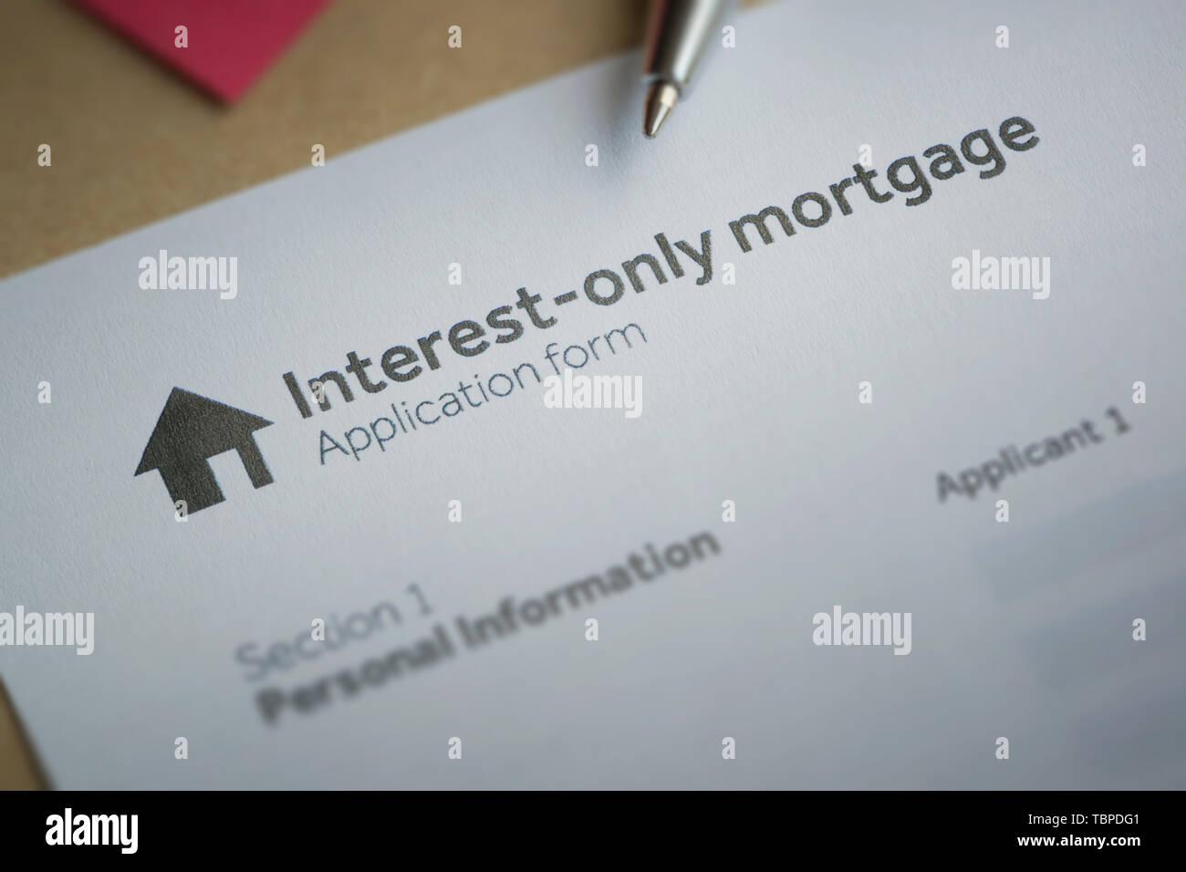 Formulario de solicitud de una ficticia para sugerir que una persona está considerando la posibilidad de aplicar para una hipoteca de interés solamente en un hogar. Imagen De Stock