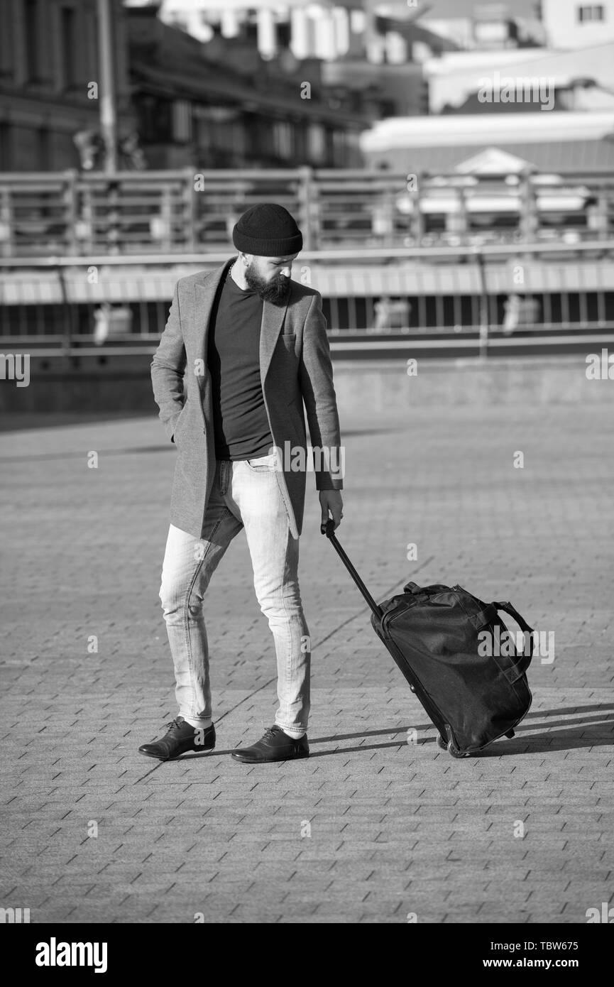 Ajustar, vida, en, nuevo, city., hombre, barbudo, hipster, viaje, con, equipaje, bolsa, en, wheels., viajero, con, maleta, llegar, aeropuerto,